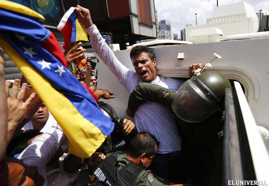 Oficial from the National Bolivarian Guard (GNB) put  López in a militar vehicle to take him to Ramo Verde jail. (Reuters)