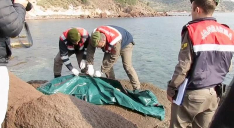 Soldiers placing a body into a body bag after a migrant boat sank off Turkey's western coast of Ayvacik are seen in this still image from video taken January 30, 2016. Credit: REUTERS/Reuters TV