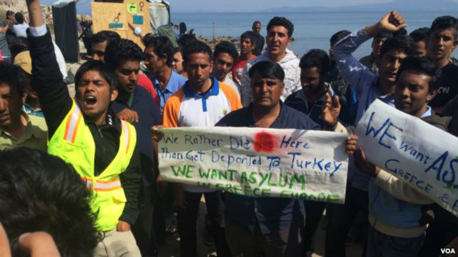 Pakistani travelers protest deportations, saying they have the right to apply for asylum under international law in Lesbos, Greece, April 4, 2016. Credit: H. Murdock / Voice of America