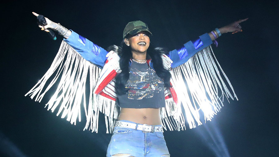 Last Sunday, Rihanna surprised the audience by joining on the stage with Calvin Harris. Photo credit: In USA News
