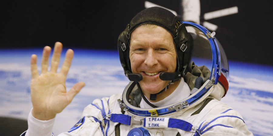 The British astronaut, Tim Peake, who is currently on board of the International Space Station (ISS) will operate on Friday a robotic device located on Earth.  Photo credit:   AP / Huffington Post