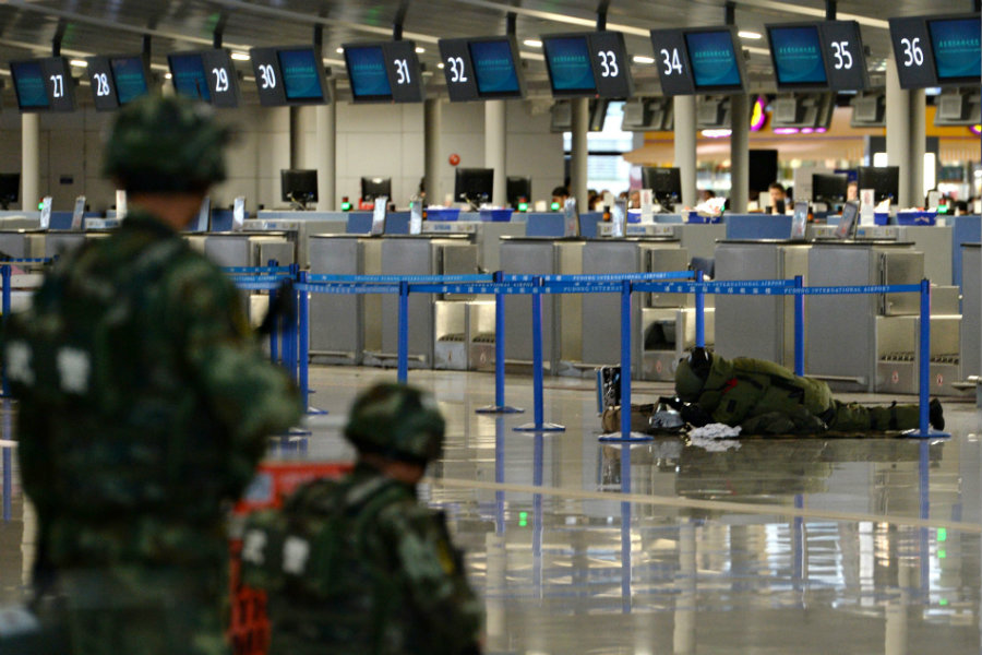The Chinese Police Department reported that yesterday, at 2.30 P.M., a deranged man threw a bomb made out of a beer bottle in front of the counter of Shanghai Pudong International Airport's terminal 2. Photo credit: Usa.hir-portal.hu