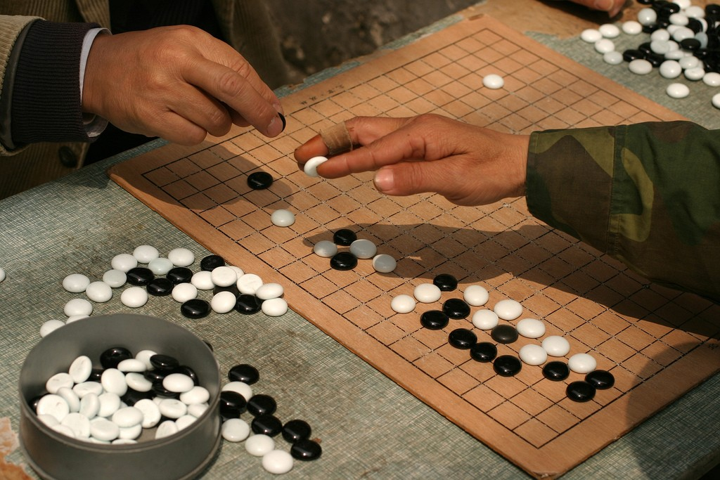 A couple playing Go (aka Weiqi) in Shangha, China with the flat-sided yunzi style of stones. Photo: Brian Jefferly Beggerly/Wikipedia