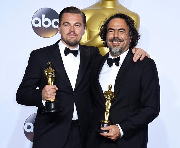 Leonardo DiCaprio (left) and Alejandro González Iñárritu (right) holding their awards. Photo: EPA/PAUL BUCK