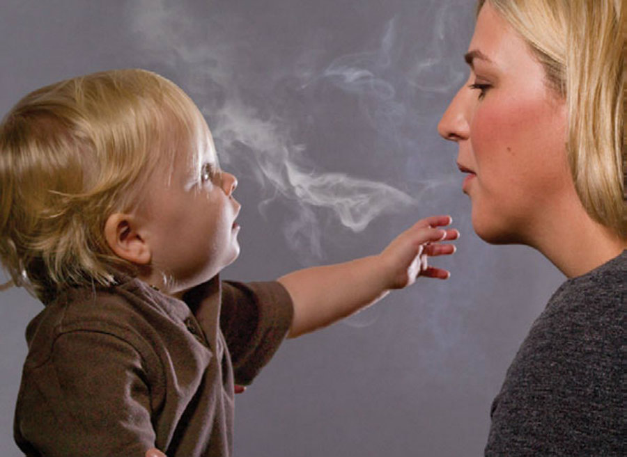 A new study suggests that children growing up surrounded by parents who are heavy smokers can increase the risk of developing COPD. Photo credit: Aire Better / ZME Science