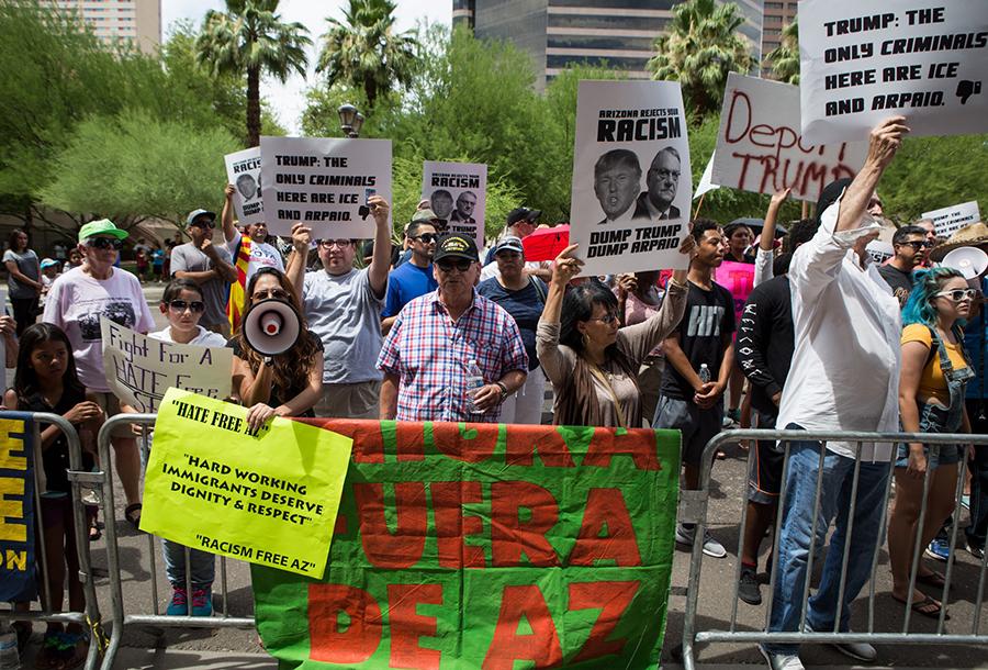 trump-arizona-protesters